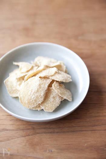 シロップ作りで砂糖煮にした生姜も、リメイクして美味しくいただきましょう。こちらは糖蜜を絡めて作る生姜チップ。そのまま齧っても身体がぽかぽかあたたまるおやつになりますし、紅茶に入れるとジンジャーティーとして楽しめます。