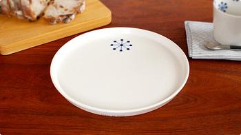 世界中で愛されるアンヌ・ブラックの、シンプルなのに存在感がある一皿。どんなお皿とも相性が良いので、テーブルコーディネートに関係なくオールマイティに活躍してくれます。
