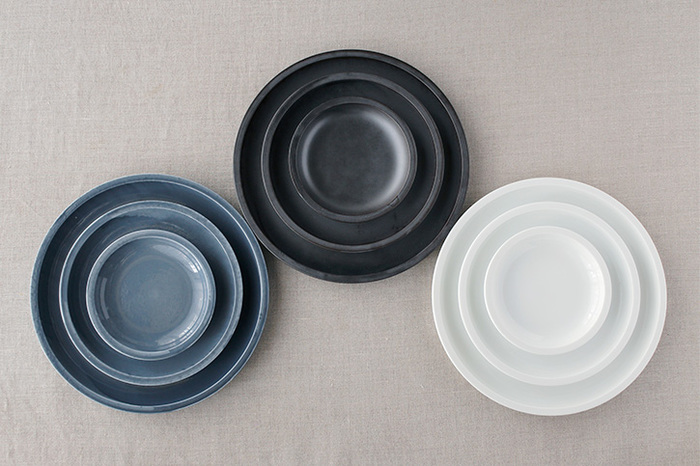 丸くて柄もないシンプルなお皿だからこそ、色によって印象がガラリと変わるものですね。同じピザでも、お皿の色が違うだけでまた違った雰囲気に。定番の白はもちろん、ちょっとメタリックなブラックもブルーグレーの様なグレーも、どれも主張す過ぎないのに存在感があるプレートです。