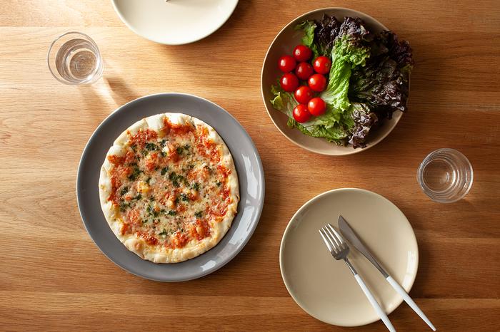 白いプレートでもご紹介したサタルニア社の、落ち着いた色合いのシビリア/SIVIGLIAシリーズ。このなんとも言えないツヤがあるのに落ち着いた色合いが、ありそうでない一品なんです。28㎝ある大皿は、ピザをのせても余白が楽しめるのも嬉しいですね。もちろん毎日使いにもピッタリのプレートです。