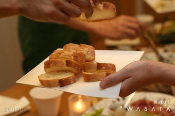 実は、紙でできているこの器。今、世界中で注目され始めている、WASARAという新感覚の紙皿なんです。大きめの角皿ならピザもすっぽり。