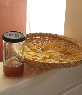 出来上がったシロップはザルかキッチンペーパーで漉し、清潔な容器に移しましょう。保存は冷蔵庫で1週間程度を目安に。残った生姜は広げて干し、グラニュー糖をまぶすだけでも美味しく食べられます。醤油・酒などを加えて佃煮にしても◎。