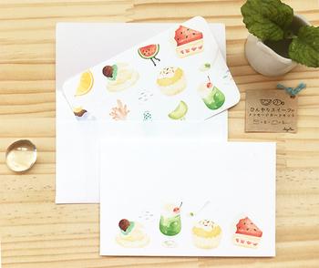 夏のひんやりスイーツが大集合した可愛らしいメッセージカード。ミニ封筒付きなので、ちょっとしたお礼の一言や、贈り物に添えるのにも良さそうです。