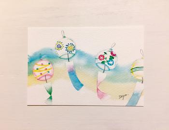 水彩絵具のタッチが心地よい風鈴のイラスト。はがきの中から涼しげな風鈴の音色が聞こえてきそうです。凹凸のある紙に印刷されているので、ぬくもり感もありますよ。