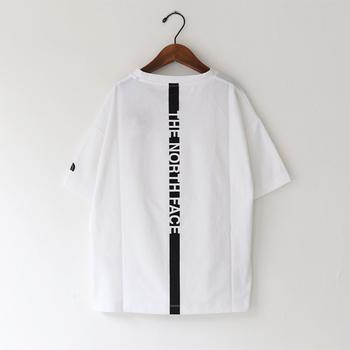 袖のサイドにロゴが小さく入り、バックにはリボンのような縦長のロゴがプリントされています。普段アウトドアブランドのTシャツを着ない人はちょっと個性的なラインTシャツから始めてみるのもいいですね♪