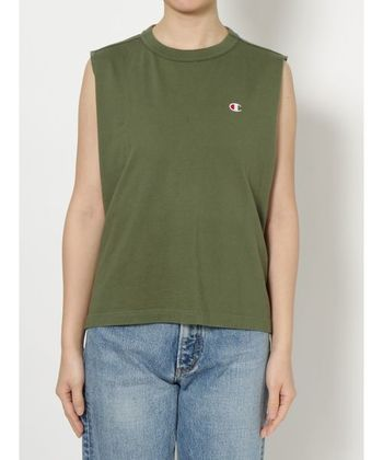 胸元におなじみのポイントの入ったノースリーブカットソー。襟元の細いリブが首周りをすっきり綺麗に見せてくれます。