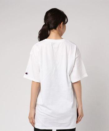 袖にさりげなく入ったマークがおしゃれなTシャツ。たっぷりサイズなので、肩が落ち、女性らしいフォルムになります。