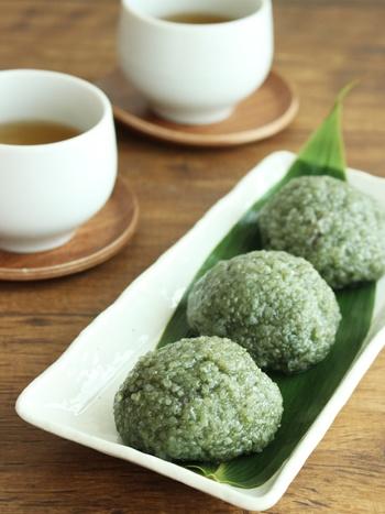 もっちりとしたよもぎ道明寺はつるりとした笹の葉にのせると、持ち上げるときにもくっついてしまうことがなく、食べやすいですね。