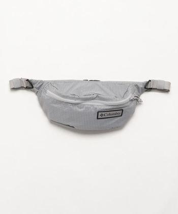 コンパクトなウエストバッグ。軽くて汚れも落としやすいほか、サラッとした素材感なので、旅行時のセカンドバッグにもぴったり。合わせやすいカラーリングも魅力です。
