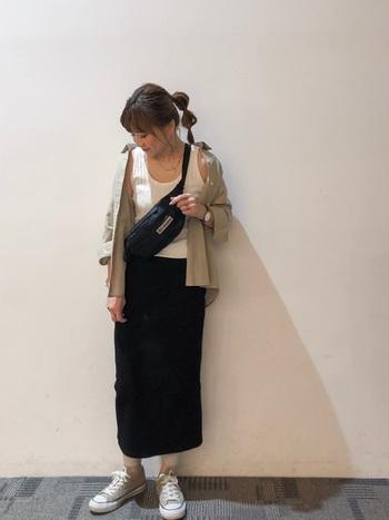 タイトスカートの色に合わせてバッグも同色をチョイス。羽織ったシャツとスニーカーもリンクさせ、シンプルにカラーリング。女性らしいコーデも、ウエストバッグを合わせることで程よくカジュアルダウンできます。
