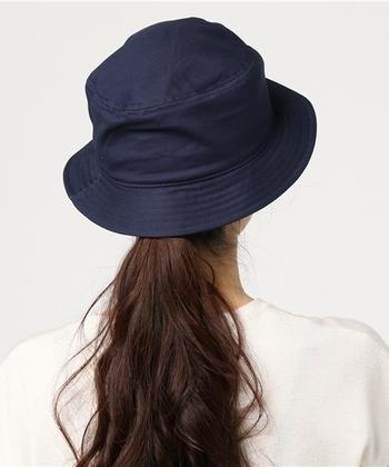 ゆとりのあるサイズ感なので、髪が長い方もポニーテールをして被ることができます。程よいツバのサイズ感なので、視界も狭くならず快適♪