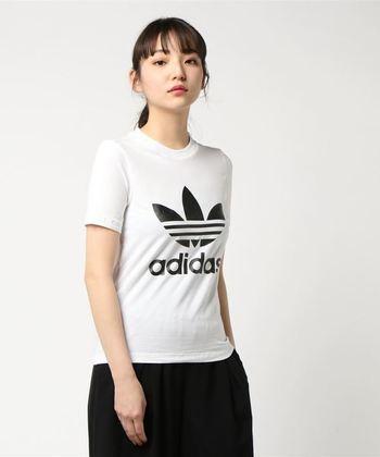 ブランドのロゴマークが大きくプリントされたTシャツ。シンプルでありながらも存在感のある1枚。ジャストサイズなシルエットが女性らしさを引き立ててくれます。