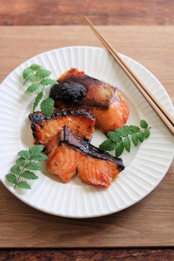 はちみつの甘みと味噌の深みが朝食にぴったりの、鮭のはちみつ味噌漬けです。材料は鮭とはちみつと味噌だけ!