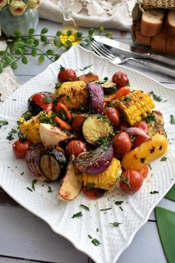 野菜はグリルでしっかりと焼き目をつけると、香ばしくてとっても美味しいんです。オリーブオイルや塩コショウでいただきましょう。
