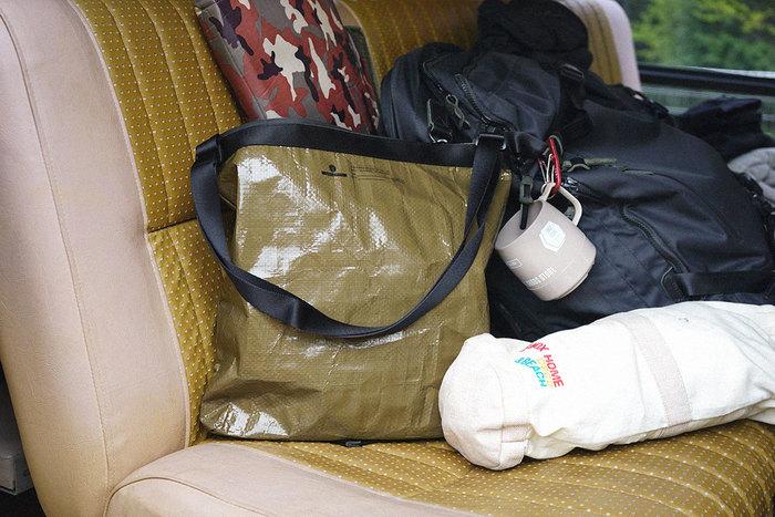 """防水性で汚れが付きづらい素材は、アウトドアにぴったり。カラフルなものが多いアウトドア用品ですが、落ち着いた色味を選べばタウンユースもOK。 2013年に創業した日本のブランド「AS2OV(アッソブ)」。""""PP CLOTHシリーズ""""のバッグは、ジャーシートにもよく使用される、ポリプレピレンをラミネートしてできた素材で作られています。汚れに強いので、雨の日のバッグとして、マザーズバッグとしても活躍してくれそう。"""