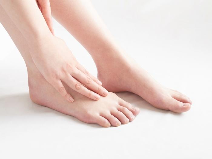 汗腺はあっても皮脂腺がない「足裏」は乾燥しやすい部分。靴の刺激によってタコができたり、かかとがガチガチになりやすいのでこまめにケアしましょう。