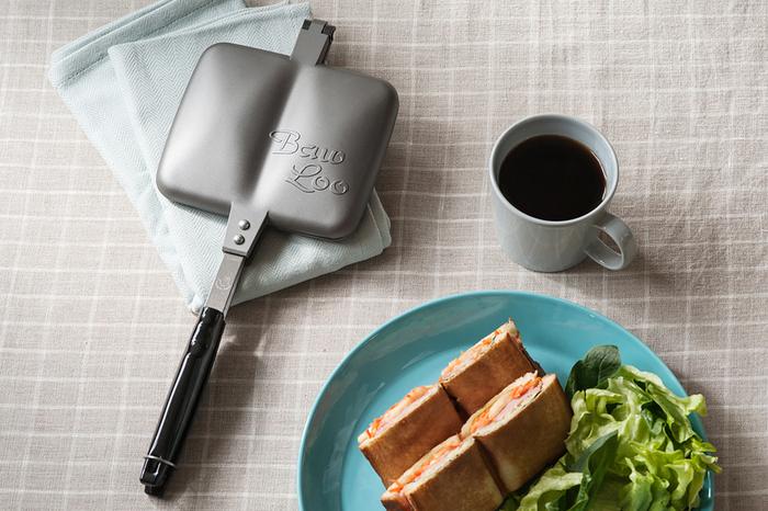 """パンにお好みの具材を挟んで、焼き上げれば美味しいホットサンドのできあがり。電気を使わない直火タイプのホットサンドメーカーは、キャンプでも活躍してくれます。 テフロン加工がされている「Baw Loo(バウルー)」の""""サンドイッチトースター""""は、軽くてお手入れもラク。誰でも美味しくホットサンドが作れると、日本で発売されて以来、40年のロンングセラー商品です。"""