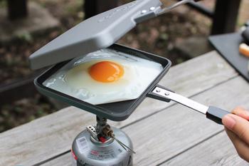 シングルタイプなら、朝食時目玉焼きを焼いたり、ウインナーを焼いたり、フライパンとしても使えます。蓋付きで油がはねないので、周りが汚れないのも嬉しいですね。