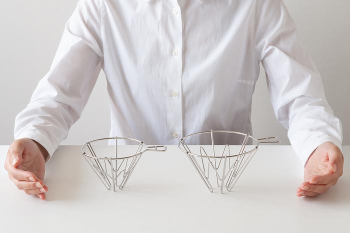 """コーヒードリッパー、プラスチック製や折り畳みできるものもあり、アウトドアでも使えるものも多いですよね。""""マウントフジドリッパー""""は、ステンレス製で軽量と耐久性を兼ね揃えています。誰でも本格的なコーヒーを淹れられ、逆さまにすると富士山の形になる遊びゴコロも。"""