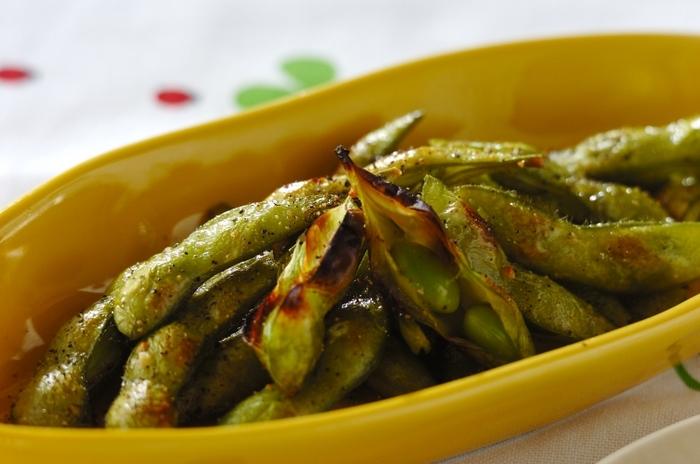 塩茹でが一般的な枝豆は、グリルで焼くとまた違った美味しさになります。ふっくら香ばしく焼きあがった枝豆は、ぱくぱく食べられちゃいます。