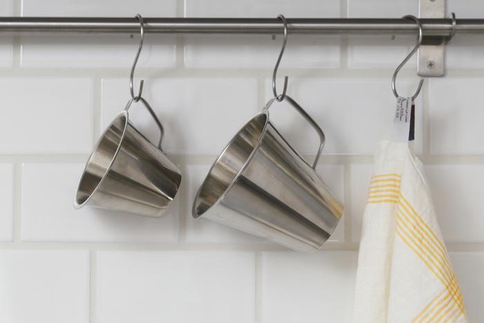 持ち手がついたステンレス製のメジャーカップは、マグカップとしても使えます。アウトドアの荷物は、できるだけ減らしたいところ。一つ二役で使えるグッズを揃えるのがおすすめです。普段は、キッチンでメジャーカップとして使い、アウトドアではマイカップとして使えば、ムダがありませんね。