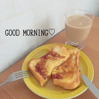 卵、牛乳、砂糖で作った液に浸したパンをグリルで焼いてフレンチトーストに。