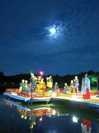 大覚寺で行われる「観月の夕べ」とは、現在から遡ること約1200年前、平安時代に嵯峨天皇が大覚寺境内の大沢池で中秋の名月に舟を浮かべてお月見をされながら貴族・文化人の方々と舟遊びを楽しまれたことに起源する伝統あるお祭りです。