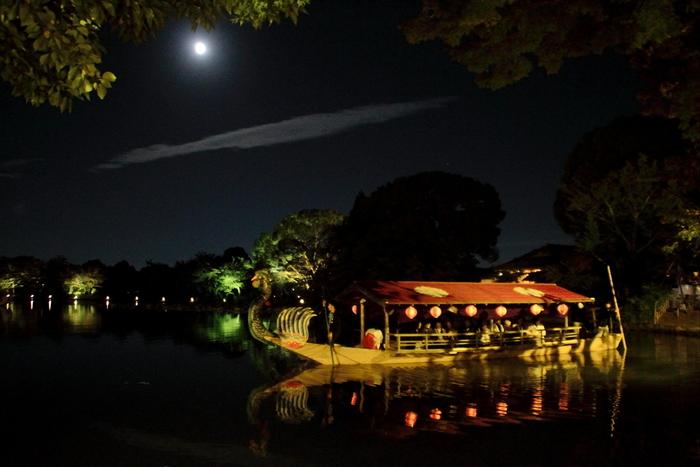 観月の夕べでは、大覚寺境内にある巨大な池、大沢池に龍頭鷁首舟が漕ぎ出されます。壮麗な装飾が施された龍頭鷁首舟に乗りながら、約20分かけて、ゆっくりと池の周りを一周すると、まるで平安時代の貴族になったかのような雅な気分を味わうことができます。
