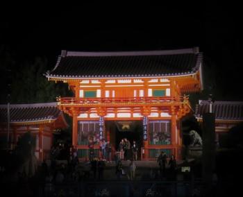 祇園社観月祭は、地元の人たちに「祇園さん」の愛称で親しまれており、京都市内指折りの観光名所である八坂神社で執り行われるお月見のお祭りです。八坂神社境内へつ続く朱色の楼門は美しくライトアップされ、日中とは異なる幻想的な雰囲気を醸し出しています。