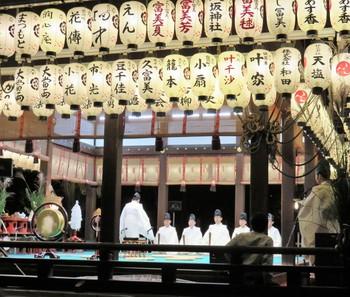 祇園社観月債が行われる舞殿には無数の提灯が掲げられ、八坂神社境内は優雅な雰囲気に包まれています。