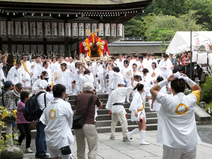八朔祭当日、松尾大社境内は活気でみなぎります。女性たちが担ぐ女神輿は迫力満点で、八朔祭の中でも必見の演目です。