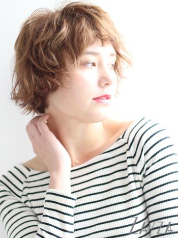 外国人の女の子みたいなキュートなパーマヘア。前髪を短めにして若々しい印象に。明るめのカラーにすると、白髪も目立ちにくいですね。