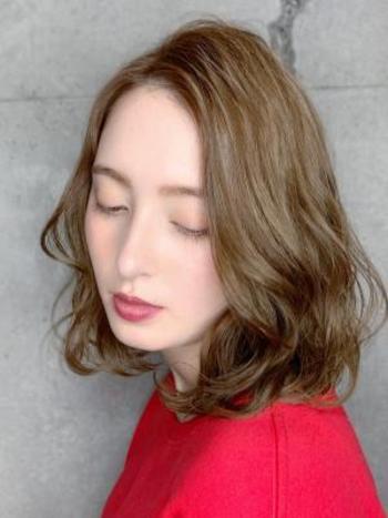 肩ラインのミディアムヘアに、大き目のカールをつけて優しい印象に。直毛だと目立ってしまうフェイスラインも、ふんわりパーマで緩和させて。