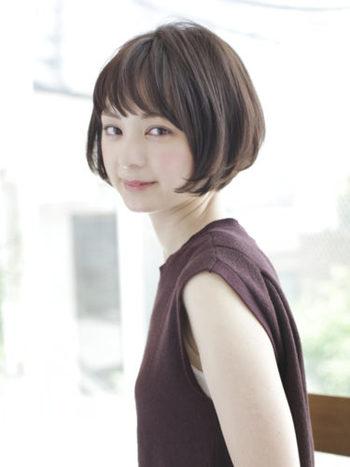 リップラインのショートボブスタイル。多めの前髪に包み込むようなサイドのカットラインは、顔を小さく見せる効果も。
