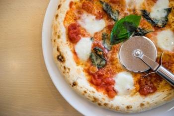 ピザ×お皿いかがでしたか?せっかくなら、ちょっと大きめのピザを「まあるい」ままテーブルに運べるお皿を用意してみてはいかがでしょうか。具材はもちろん、アレンジレシピも豊富なピザを、ご家族はもちろんお友達とワイワイ囲んでみてくださいね♪