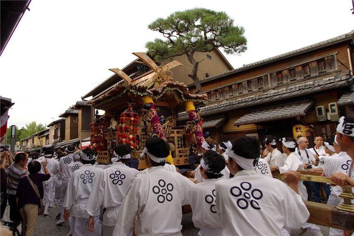 学問の神様として知られている菅原道真公を祀る北野天満宮で執り行われるずいき祭は、一年間の五穀豊穣に感謝する祭典です。