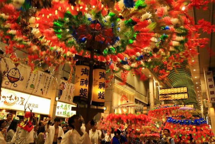 「伏見祭」「花傘祭」とも異名を持つ神幸祭は、伏見九郷を総鎮守するために御香宮神社で執り行われる祭典です。豪華な装飾が施された花傘が伏見随一の繁華街を練り歩き、活気あふれる様は見応え抜群です。
