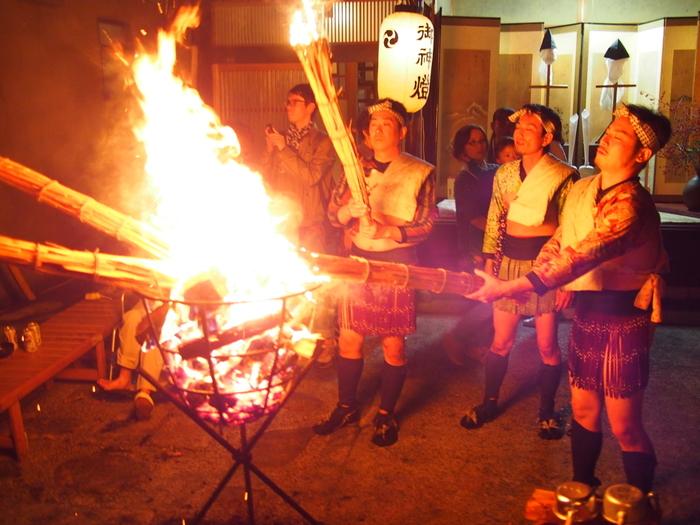 赤々と燃え盛る巨大な松明を勇ましい男たちが担ぎ歩く様は壮観です。周囲の漆黒の世闇と、松明のかがり火のコントラストは美しく、鞍馬の火祭では幻想的で厳かな雰囲気が漂います。
