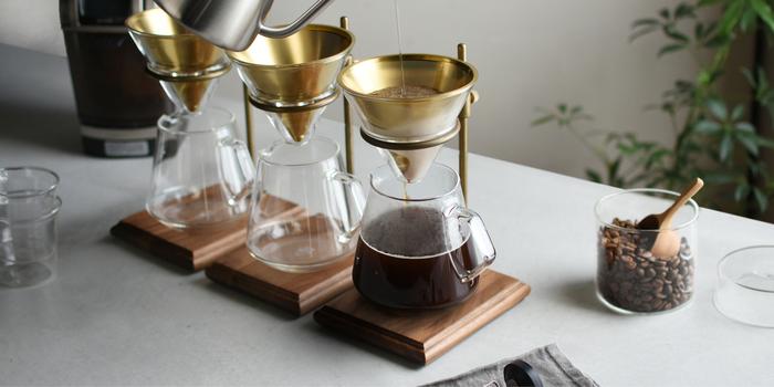 いつもは普通のコーヒーという方も、たまにはアレンジを加えた美味しいコーヒーを味わってみませんか? クリーミーでコクのあるカフェラテや、ひんやり冷たいアイスコーヒー、おしゃれで美味しいスイーツなど。 夜に楽しむならほんのりとリキュールを効かせた、大人な味のアレンジコーヒーも素敵ですよね。