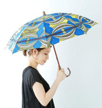 「Bon Bon Store(ボンボンストア)」の傘は、鮮やかなアフリカンバティックの色使いが特徴。撥水&UV加工を施しているので、雨の日も晴れの日も使用できます。