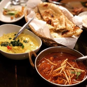 以下では、まず、南アジア圏の料理に馴染みのない方々に向けて、お勧めのメニューとして、基本の定番カレー2種、インドの定食「ミールス」・世界三大炊き込みご飯「ビリヤニ」について紹介し、次いで、東京駅周辺の名店を12店舗を、人気メニューやお勧め定番料理と共に案内します。  【屈指の人気を誇る南インド料理「ダバ インディア」】