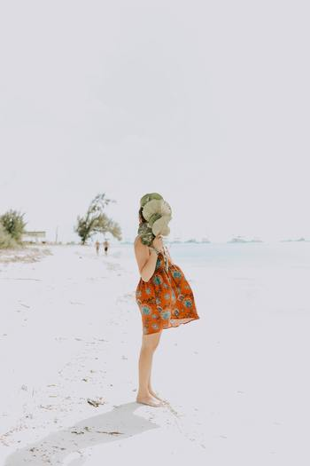 """体は、周囲の気温が高くなるほど体を冷やそうとしてエネルギーを消費します。消費が多ければ多いほど体は疲れてしまうもの。近年は""""酷暑""""といわれるようにひどい暑さの日も多いので、体も消耗してしまいますよね。"""