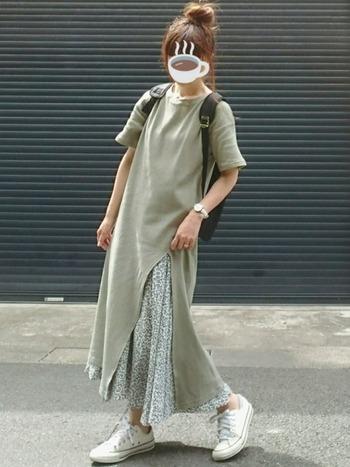 こちらは、シフォンスカートをレイヤードしたレディライクな着こなし。歩くたびにスリットからふわりと揺れるシフォンスカートが、女性らしい雰囲気を醸し出します。