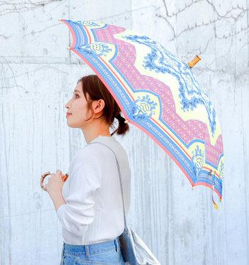「manipuri(マニプリ)」の傘は、ヴィンテージライクなスカーフ柄が魅力的。カジュアルな着こなしに上品なアクセントを添えてくれます。