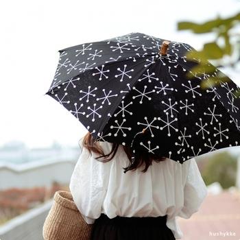 「SUR MER(シュールメール)」の傘は、東京下町の熟練した職人さんによって丁寧に作られています。紺地に雪の結晶のようなモチーフは、和洋問わずさまざまなスタイリングにマッチします。