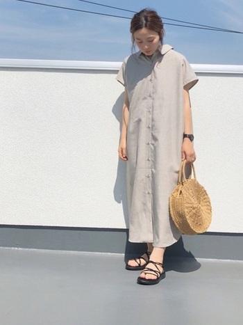 シャツの丈を長くして、1枚で着られるようにしたシャツワンピース。ストンと落ち感のあるデザインのものが多いので、ラフな着こなしが楽しめます。1枚でさらりと着こなすなら、小物使いでメリハリを出すのがおすすめです。