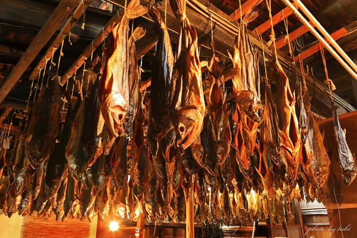 室内の工場では、風通しの良いよう高くした天井に竿を張り、鮭の乾燥を行います。その光景は、まさに圧巻!  村上市の冬の寒風と、適度な低温と湿度、そして、北西の風が運んでくる塩分と乳酸菌が、鮭の旨味を引き立たせるのだそう。 昔ながらの産業が、今もこうして引き継がれているのは、その土地ならではの気候や、人のてまひまがあるからなんですね。