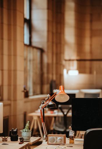 体への負担が少ない室内外の気温差は7~10度程度とされており、屋外が35度ならば室内は25~28度ほどになります。けれど、オフィスやデパートのように自分1人の都合で調節できる環境ではない場合がほとんどでしょう。