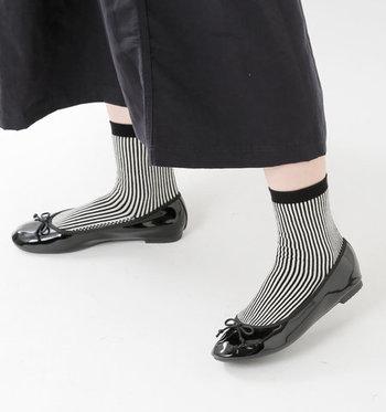 「atelier brugge(アトリエブルージュ)」のレインバレエシューズは、丸みのあるフォルムとエナメルのようなラバーの光沢感が、雨靴とは思えないほど洗練された印象です。
