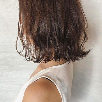ヘアブラシにはいろいろな種類がありますので、自分の髪質に合ったものを選ぶことがポイントです。人それぞれ違うので、自分の髪のコンディションについてよく知っておくといいですよ。商品の説明をよく見て、細くて柔らかい髪、太い髪、くせ毛など、どんな髪質向けの商品なのかの記載に特に注目してみてください。